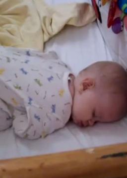 بیدار شدن یه کوچولو بامزه